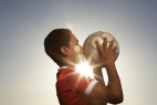 Niño besando un balón.  Inteligencia y motivación.